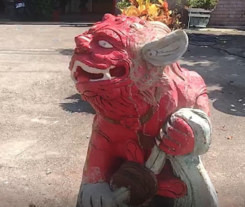 彰化伸港濱二路又見飆車,連石獅子都被撞飛,才重新用水泥扶正復原。(記者劉曉欣翻攝)