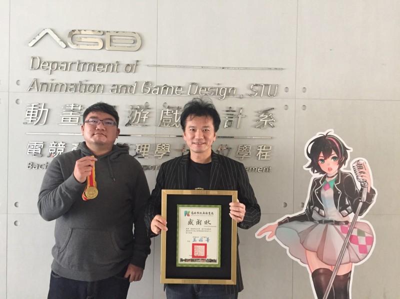 高市環教AR遊戲設計者之一曾偉凱(左),右為樹德科大動遊系主任蘇中和。(樹德科大提供)