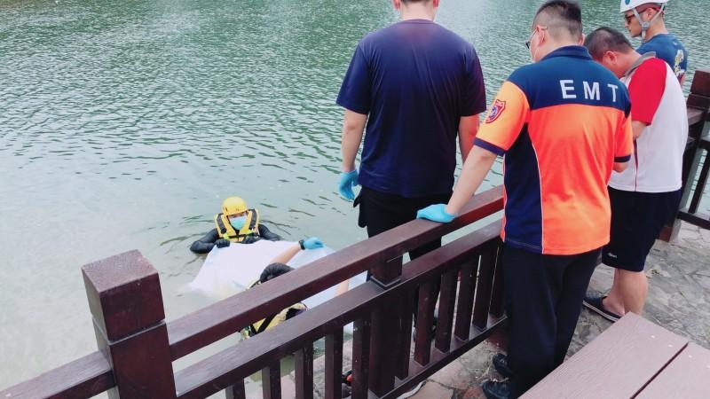 新營天鵝湖親水公園,今天中午又發現有人溺水,新營消防分隊下水將溺水男子打撈上岸。(記者楊金城翻攝)
