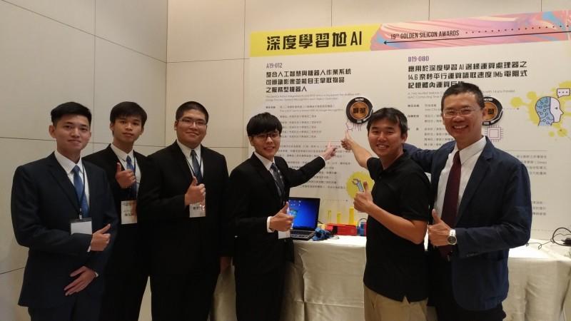 虎尾科技大學資訊工程系副教授陳國益(右)率學生團隊跨參加旺宏金矽獎競賽脫穎而出。(記者廖淑玲翻攝)