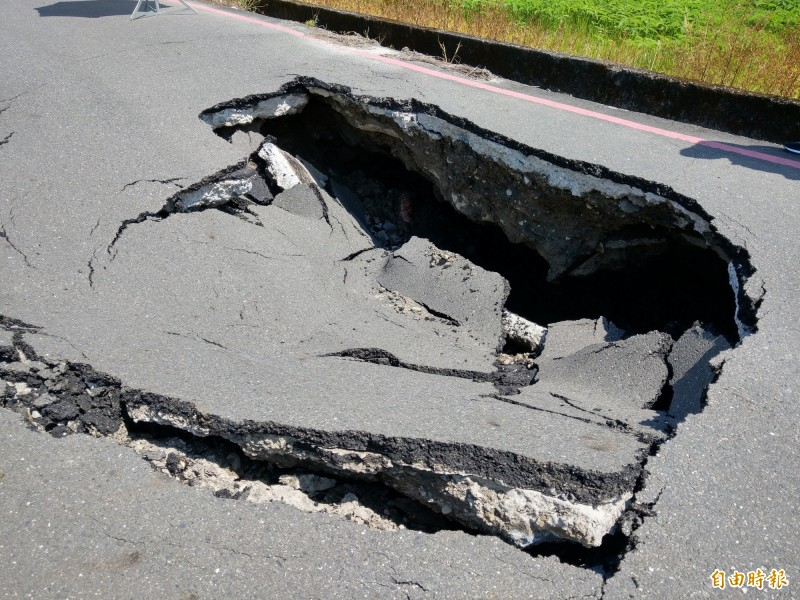 宜蘭市中山路5段287巷今中午突然冒出天坑。(記者張議晨攝)