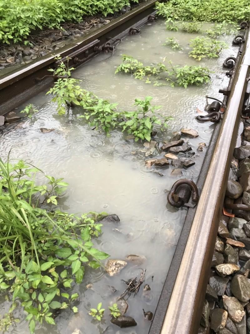 台鐵竹東站通報,下午2點03分九讚頭站因大雨水淹過軌面,造成九讚頭=內灣間路線一度無法通行。(圖由台鐵提供)