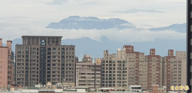 從高雄市就能看到大武山,高樓大廈也檔不住山景。(記者葉永騫攝)