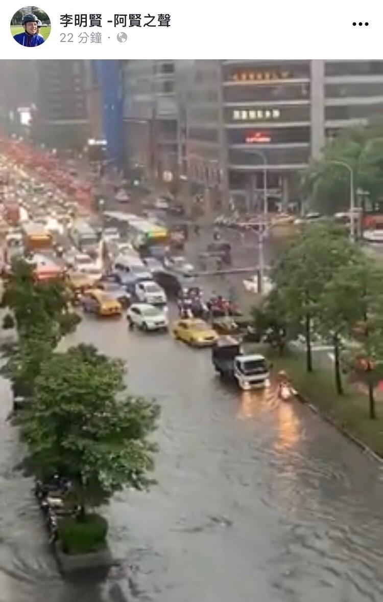 民眾不滿北市淹水,南京東路成河。(圖:擷自影片)