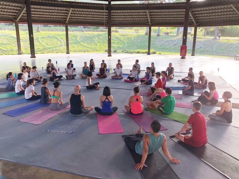 滿州鄉的氛圍,吸引30多個團前來舉辦瑜伽課程。(記者蔡宗憲翻攝)