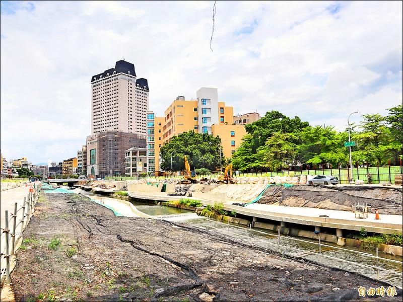 施工中的柳川二期整治工程,河道兩岸光禿禿,僅保留幾棵大榕樹。(記者歐素美攝)