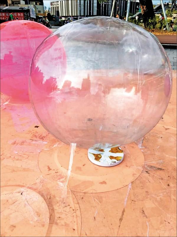 可以看出珍珠造型氣球以膠帶固定。(記者張菁雅翻攝)