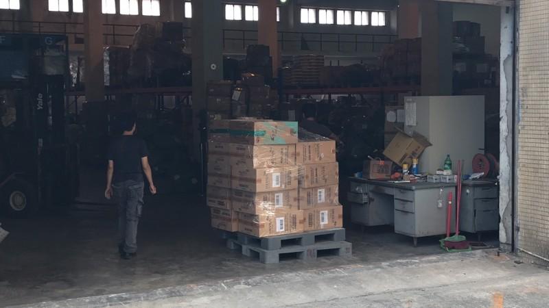 涉走私的國安人員在總統專機抵台前就把9000多條的香菸分裝在貨櫃,準備混入「總統車隊」,有人認為可能其中有作業人員在「協助掩護」。(圖片由讀者提供)
