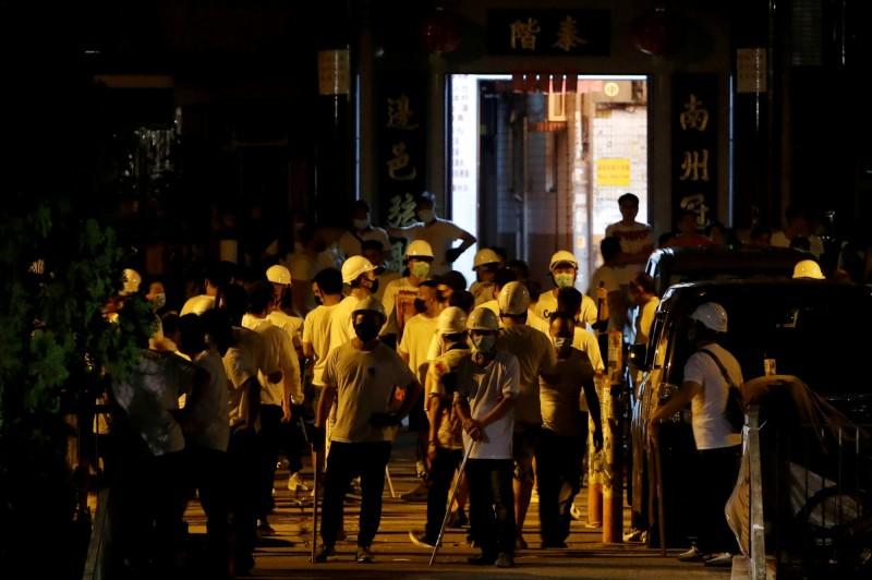 香港元朗發生白衣人士群毆民眾,讓外界質疑警方是否與白衣人聯手。(路透社)