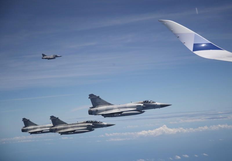 我國空軍第2聯隊派出4架次幻象2000戰機前來接機,護航蔡總統回台。(中央社)