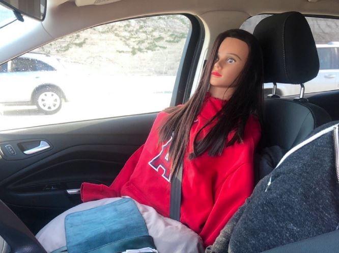 美國加州1名汽車駕駛為躲過高速公路上的高乘載管制,將矽膠娃娃放在副駕駛座上,扮作「假女友」。(圖翻攝自推特)