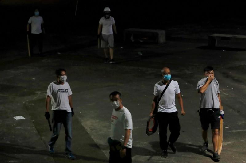 元朗毆打事件後,有記者問為何容許動手的白衣人離開,港警稱穿白衣不代表有參與打鬥。(路透)