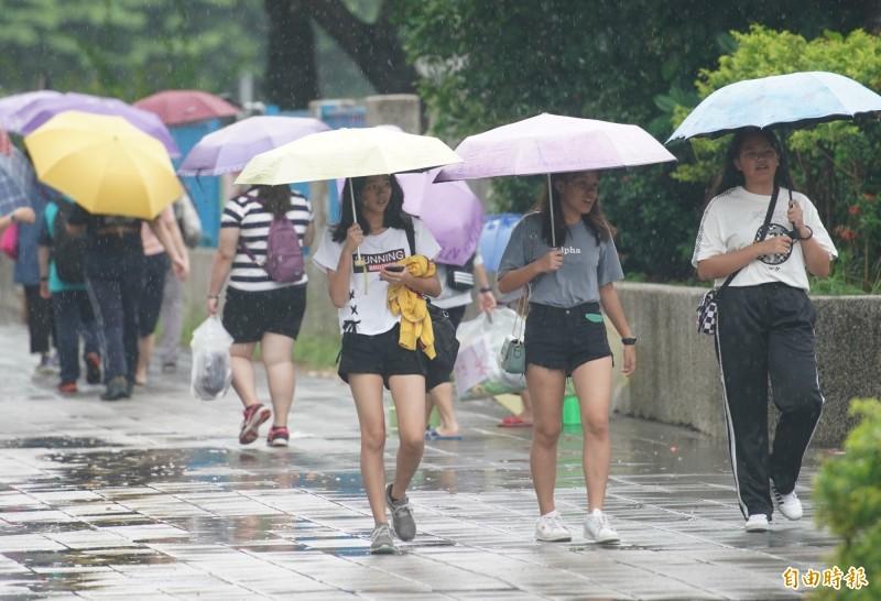 明天中南部、東半部及澎湖、金門有局部短暫陣雨或雷雨,北部地區亦有零星短暫陣雨,其他地區及馬祖為多雲;午後各地有局部短暫雷陣雨,並有局部大雨發生的機率,特別提醒北台灣地區有發生大雷雨的可能。(記者黃志源攝)