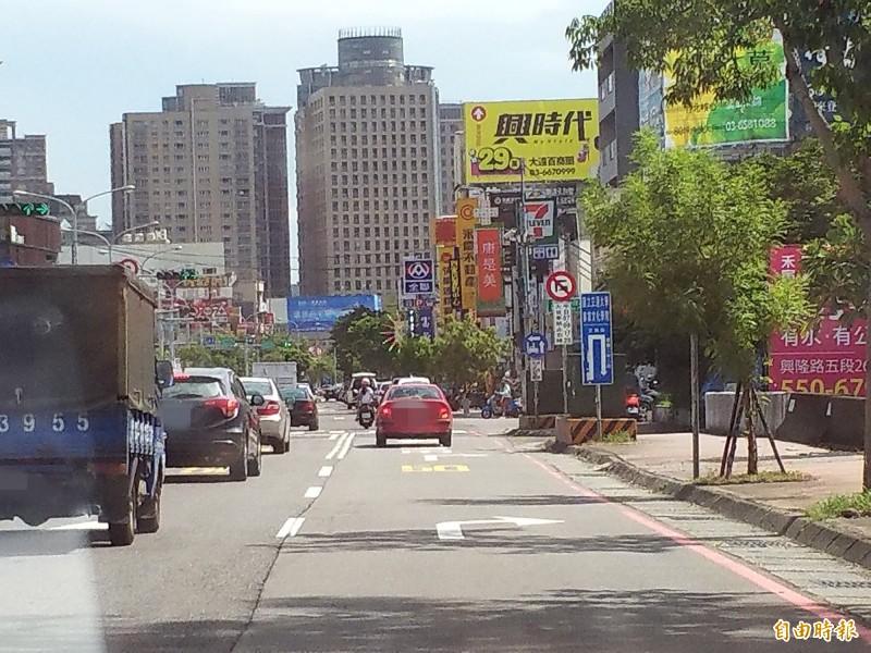 新竹縣政府交通旅遊處表示,考量自強南路右轉文興路的車流龐大,為紓解右轉車流,避免自強南路因塞車而回堵到經國大橋上,該路口全時段皆開放車輛右轉。(記者廖雪茹攝)