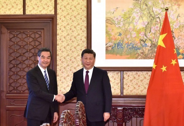 香港前特首梁振英(左)否認與元朗黑道有任何關係。(歐新社)