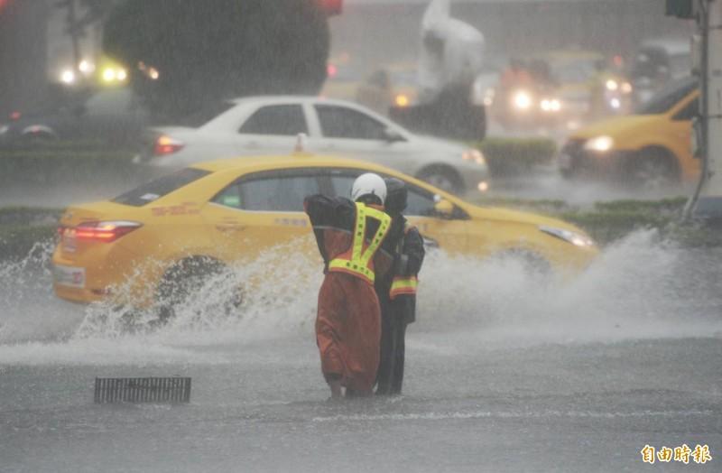 午後雷陣雨發威,台北市災害應變中心開設運作。(記者林正堃攝)