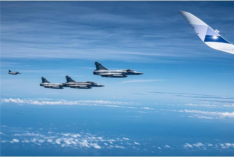 我國空軍第2聯隊派出4架次幻象2000戰機前來接機,護航蔡總統回台。(青年日報)