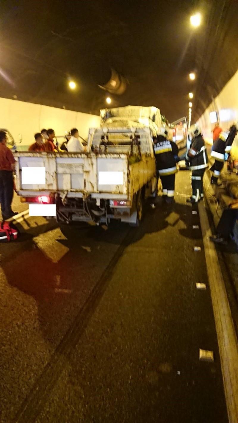 道3號南下19.5公里木柵交流道附近,傳出1輛貨車與3輛自小客車連環撞,3名傷者已送醫急救。(國道警察提供)