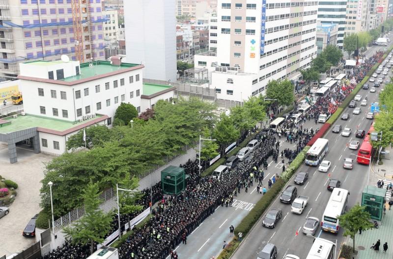 日本駐釜山總領事館稍早驚傳遭6名南韓大學生闖入。(韓聯社)