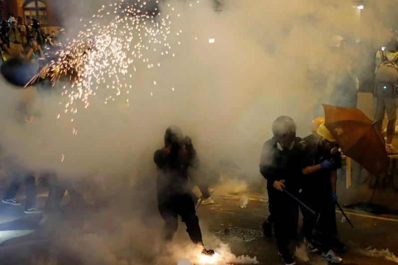 香港721反送中示威遊行,警方發射催淚彈、橡膠子彈,雙方爆發衝突。(路透)