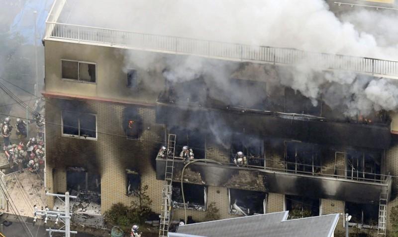 京都動畫遭縱火釀成34死,有19人陳屍在3樓往屋頂的樓梯,警方證明通向屋頂的門在火災發生時可以從裡面打開。(美聯社)