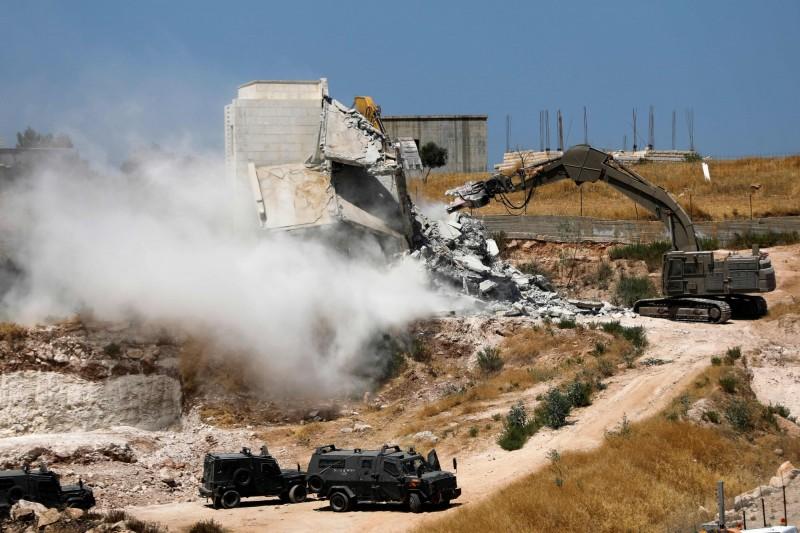 以色列政府開始拆除約旦河西岸的部分巴勒斯坦房屋群,稱其「太靠近西岸隔離牆」而視為「非法建築」拆除。(法新社)