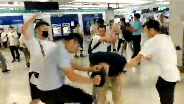 香港白衣惡煞在元朗港鐵站打人,武裝港警竟過了半小時才到場。(路透)
