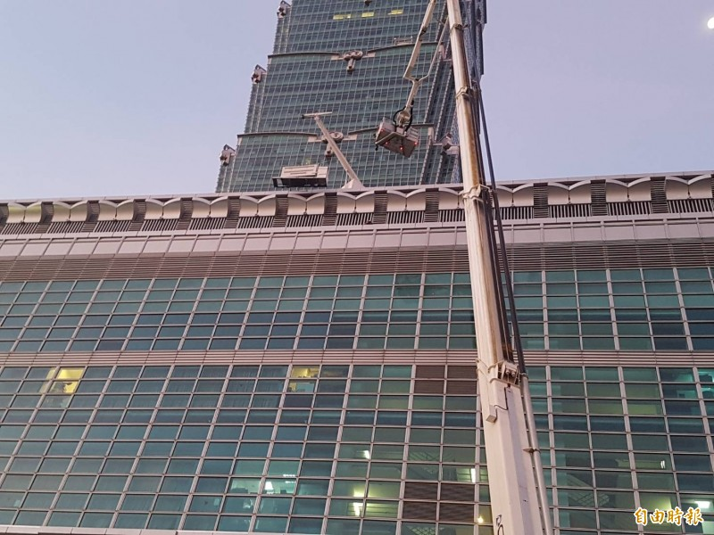 台北101凌晨發生墜落意外,消防隊動用雲梯車救援。(記者姚岳宏攝)