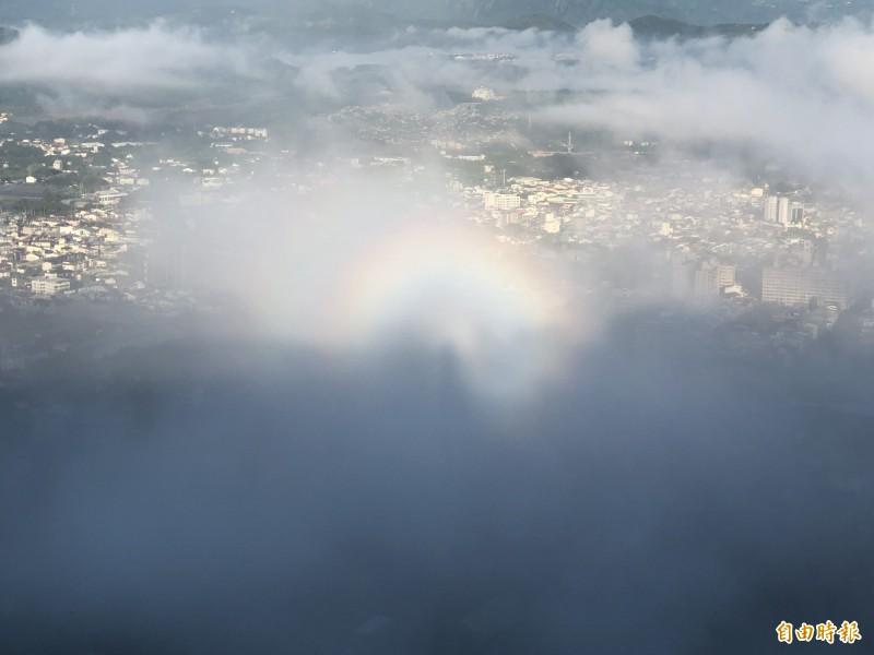 從虎頭山俯瞰清晨的埔里盆地雲霧繚繞,日出後形成美麗的雙虹光圈。(記者佟振國攝)