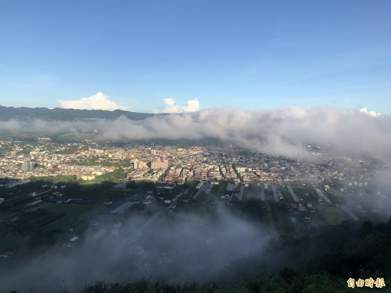 霧氣環繞埔里盆地不散,讓晨運上山民眾大飽眼福。(記者佟振國攝)