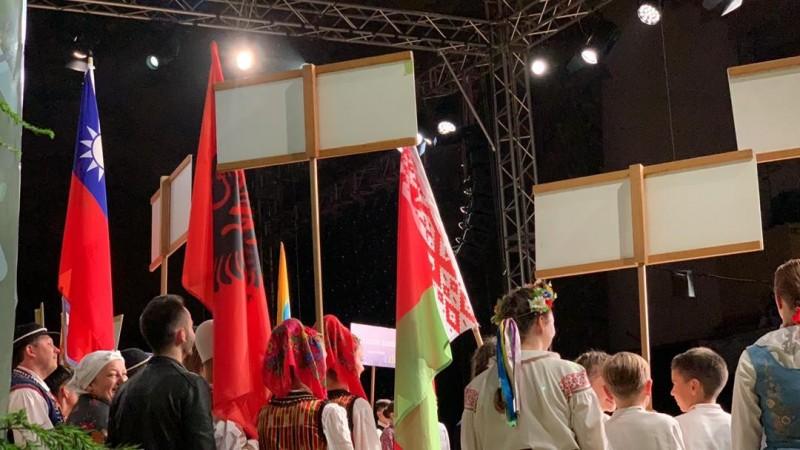 蘭嶼小飛魚文化展演隊在波蘭國際兒童藝術節持中華民國國旗參加開幕典禮。(取自臉書)