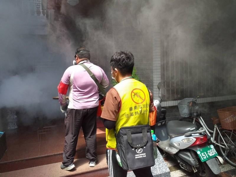 防疫人員到南市東區崇明里進行戶外噴藥滅蚊。(記者王俊忠翻攝)
