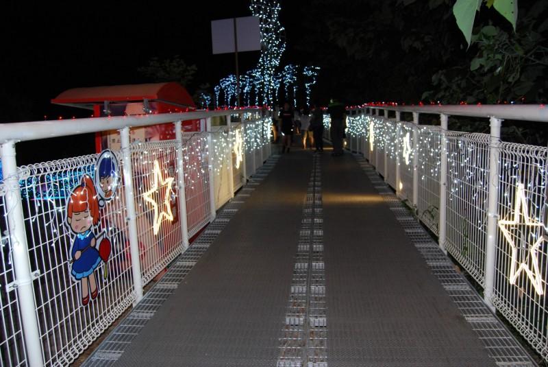 步道欄杆用燈飾營造與星星為伍的空間意境。(圖市公所提供)