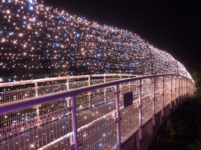 天空步道注入光雕設計造景,讓人驚豔連連。(圖市公所提供)