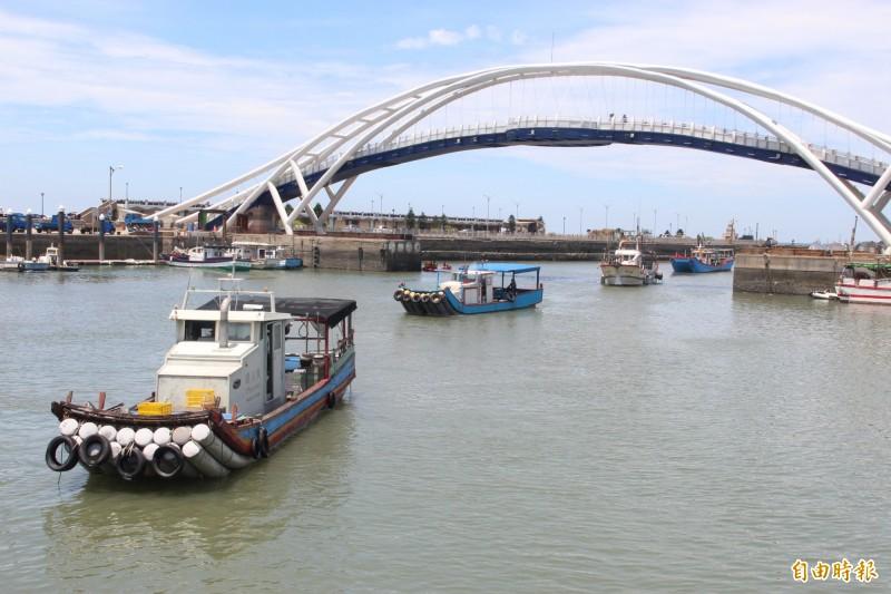 抗議漁船陸續返回永安漁港。(記者許倬勛攝)