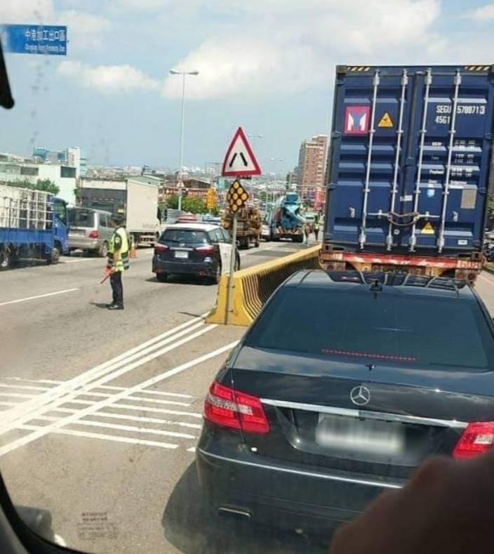 台中沙鹿區向上路長下坡發生追撞車禍。(取自臉書職業聯結車大貨車)