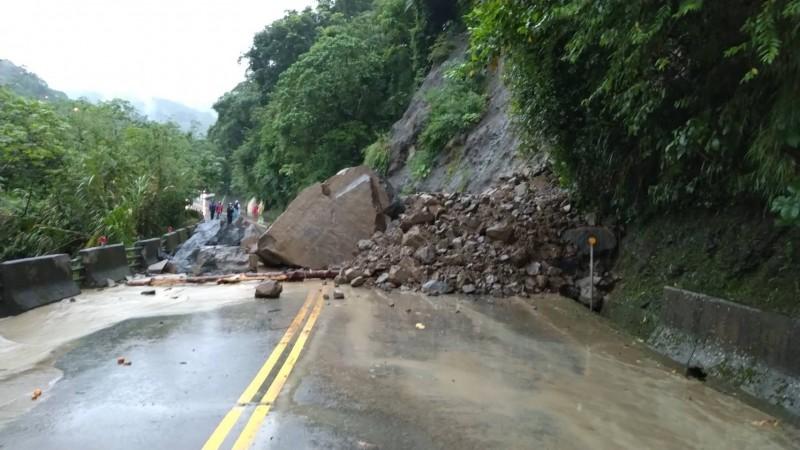 阿里山公路番路鄉觸口、公田段坍方、雙向交通中斷。(記者蔡宗勳翻攝)