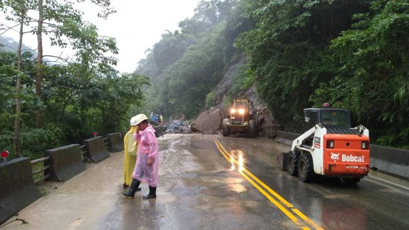 阿里山公路落石雙向交通中斷,正在清理當中。(記者蔡宗勳翻攝)
