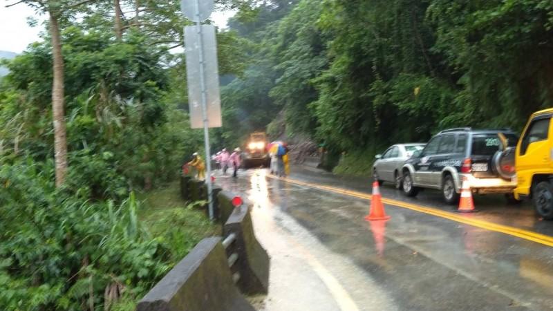 阿里山公路落石雙向交通中斷,車輛大排長龍。(記者蔡宗勳翻攝)