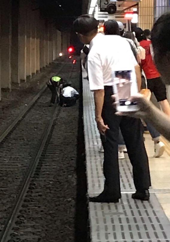 台北車站驚傳醉男落軌受傷 2警急拉上月台送醫急救