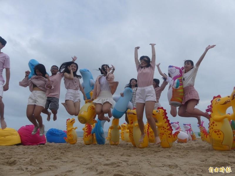 金門夏日音樂季在后湖海邊啟動,現場備有大人小朋友都愛的不倒翁區供拍照。(記者吳正庭攝)