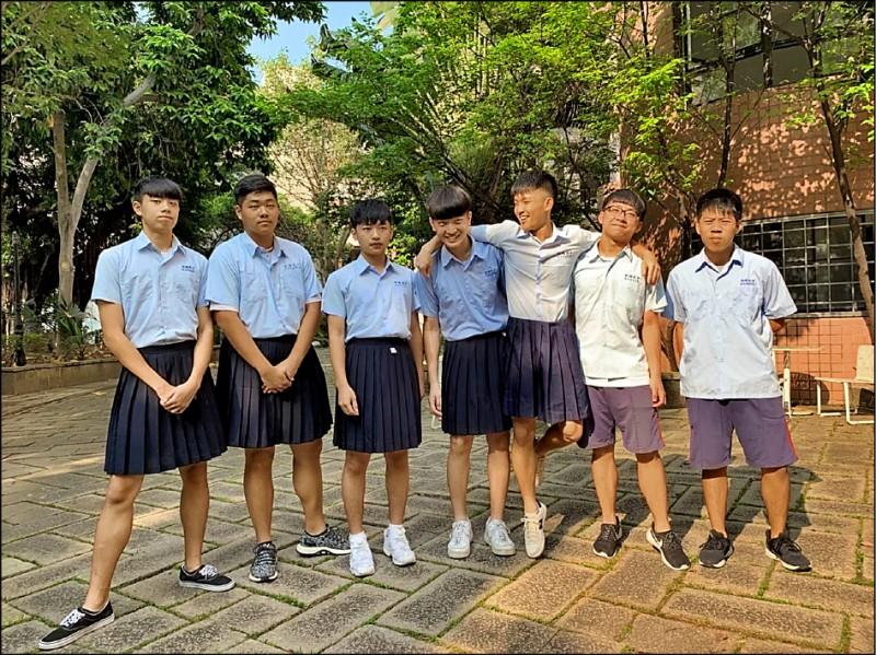 新北板橋高中將開放男生穿著裙子上學。圖為板中學生會舉辦的男裙週活動。(板中學生會提供)
