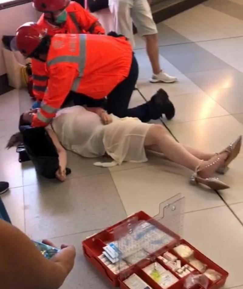 今日港媒報導指出,當天遭攻擊倒地的孕婦母子均安。(圖擷取自臉書專頁_藍友斑 Bernard)