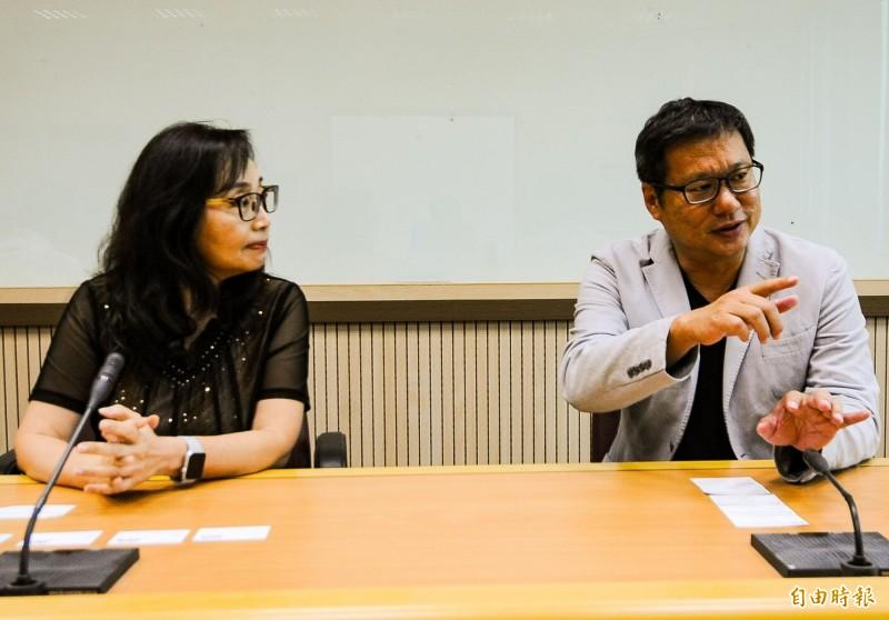 新加坡新傳媒集團今天拜會自由時報企業總部,雙方交換數位時代媒體產業的發展策略。圖為新加坡新傳媒集團中文新聞與時事總編輯蔡深江(右)與自由時報總編輯鄒景雯(左)。(記者鹿俊為攝)
