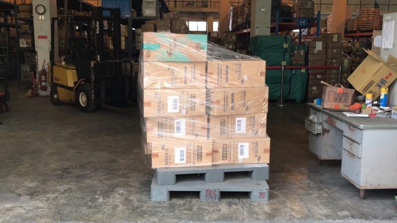 國安局人員走私9800條香菸曝光,海關、調查局查扣後送往私貨倉庫扣押。(讀者提供)