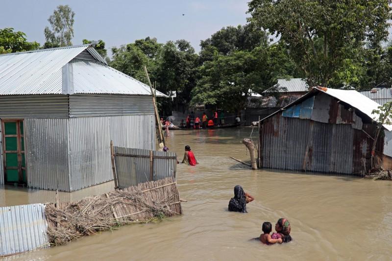 受到季風帶來暴風兩侵襲,南亞國家印度、尼泊爾和孟加拉發生嚴重洪災,死亡人數在週一(22日)暴增至300多人。(路透)