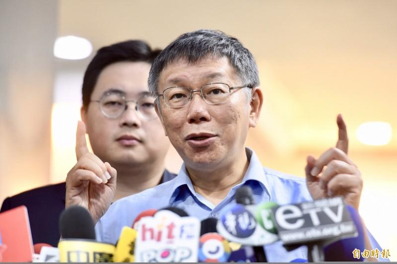台北市長柯文哲今日受訪時表示,如果要政策辯論,「那要讀很多書耶」。(記者羅沛德攝)