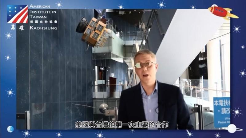 AIT高雄分處處長歐雨修用台語介紹美台雙方在航太領域的成就,流利的台語也讓網友大呼好感動、好親切。(照片擷取自AIT高雄分處臉書)