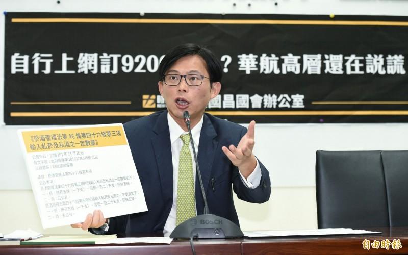 黃國昌再召開記者會,他說,華航內部有人做了法律不允許的事,高層卻還在文過飾非,痛批華航高層董事長應為此下台。(記者廖振輝攝)