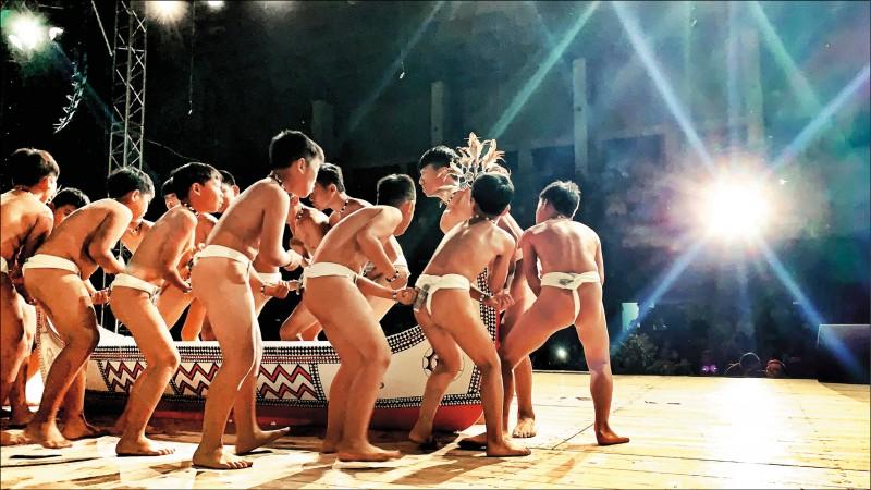 「小飛魚文化展演隊」穿丁字褲演出,威武的喊聲、拋船的氣勢,觀眾大力鼓掌。(翻攝臉書)